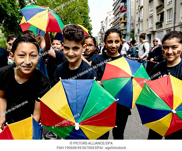 08 June 2019, Berlin: Students of the Jens Nydahl primary school perform a dance during the children's procession at the Carnival of Cultures