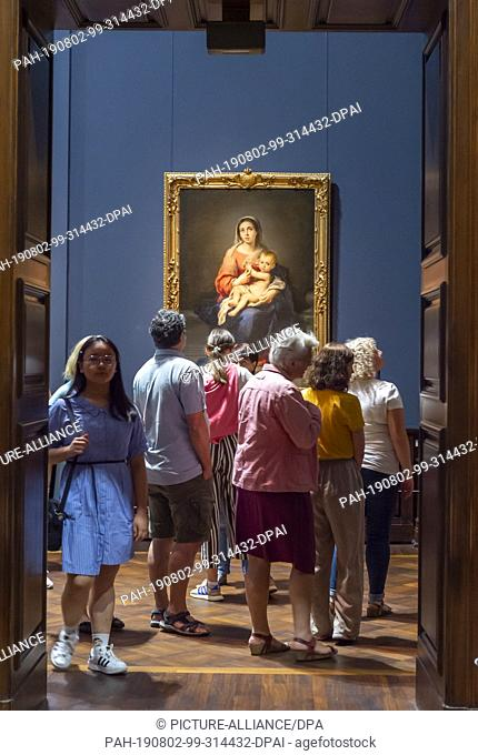 """02 August 2019, Saxony, Dresden: Numerous visitors are looking at the work """"""""Mary with the Child"""""""" by Bartolomé Esteban Murillo in the exhibition """"""""Highlights..."""