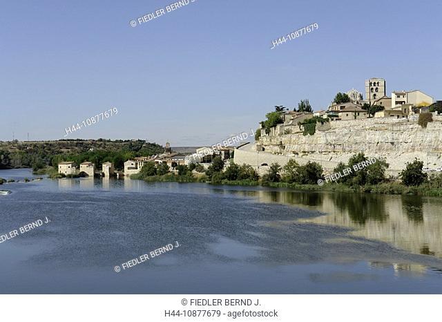 Blick auf die Oelmühlen Acenas de Olivaresim Duero und die Altstadt