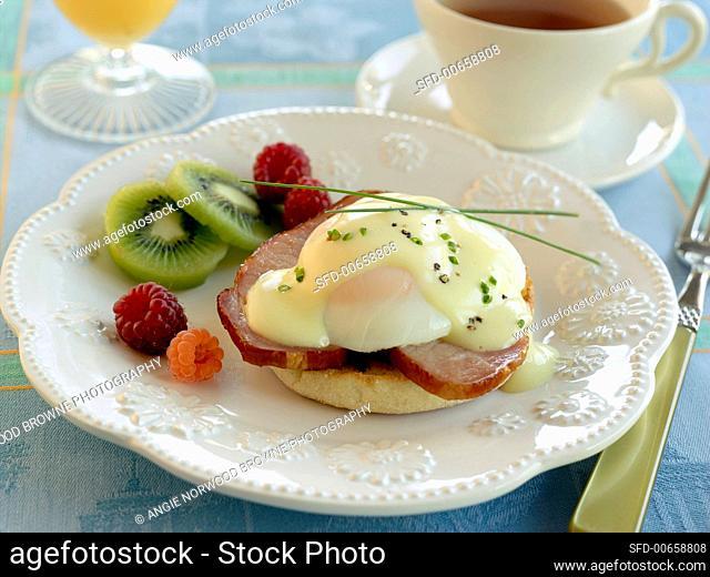 Breakfast: English muffin, ham, egg, fruit, tea (USA)