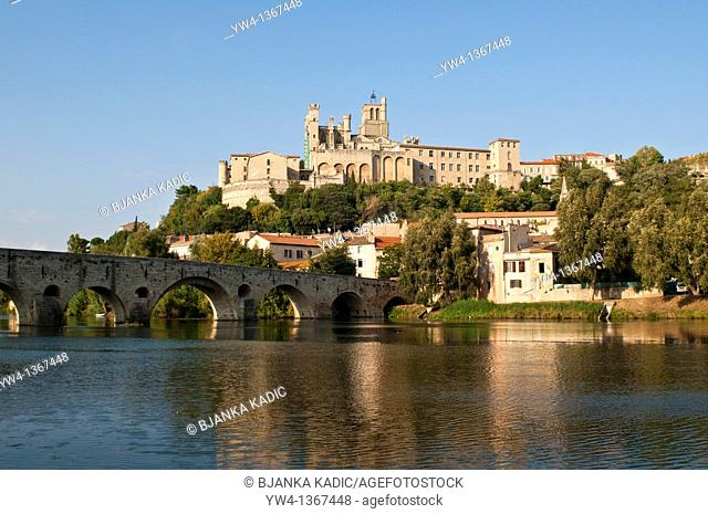 St Nazaire Cathedral and Old Bridge over the Orb river, Beziers, Languedoc-Roussillon, France