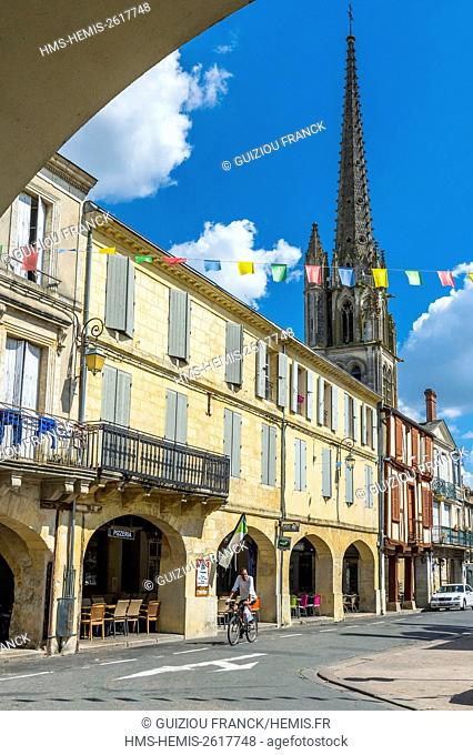 France, Gironde, Sainte-Foy-la-Grande, central square with arcades and Notre-Dame church built in the 12th century