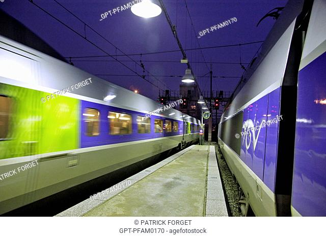 TGV HIGH-SPEED TRAIN AT THE PLATFORM AT NIGHTFALL, MONTPARNASSE TRAIN STATION, 15TH ARRONDISSEMENT, PARIS 75, FRANCE