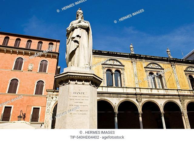 Italy, Veneto, Verona, Dante statue in Piazza dei Signori
