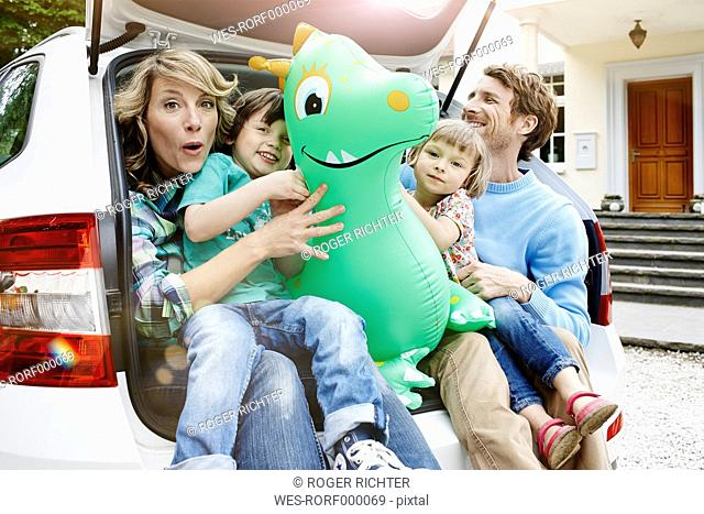 Germany, Hesse, Frankfurt, Family sitting in boot of car, preparing for travel
