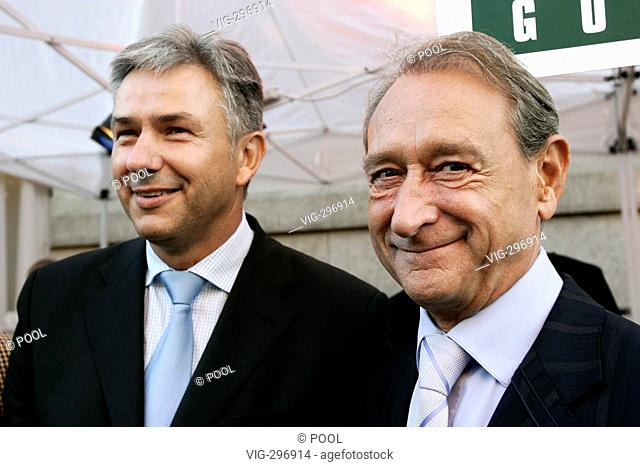 Klaus WOWEREIT ( SPD ), lord major of Berlin, during the Hoffest, hosted by Wowereit, together with Bertrand Delanoe, lord mayor Paris (R)
