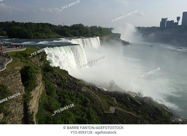 Niagara Falls and Tourists From the American Side, Niagara Falls, New York, USA, Mist From Horseshoe Falls and Canada