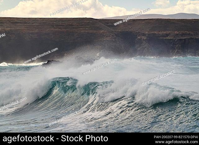 06 December 2019, Spain, La Pared: The surf on the rocks on the Atlantic coast in the west of the island. Photo: Soeren Stache/dpa-Zentralbild/ZB