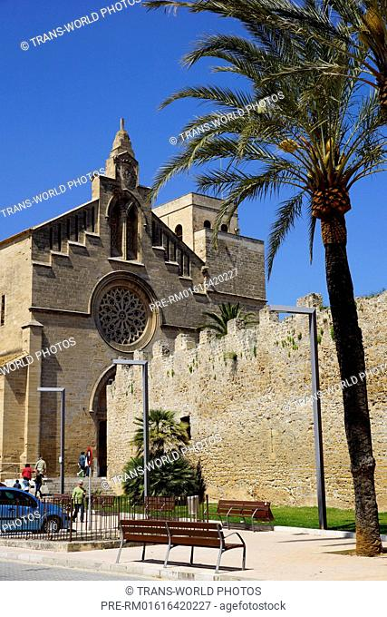 Townwall and Esglesia de Sant Jaume, Alcudia, Mallorca, Spain / Stadtmauer und Esglesia de Sant Jaume, Alcudia, Mallorca, Spanien