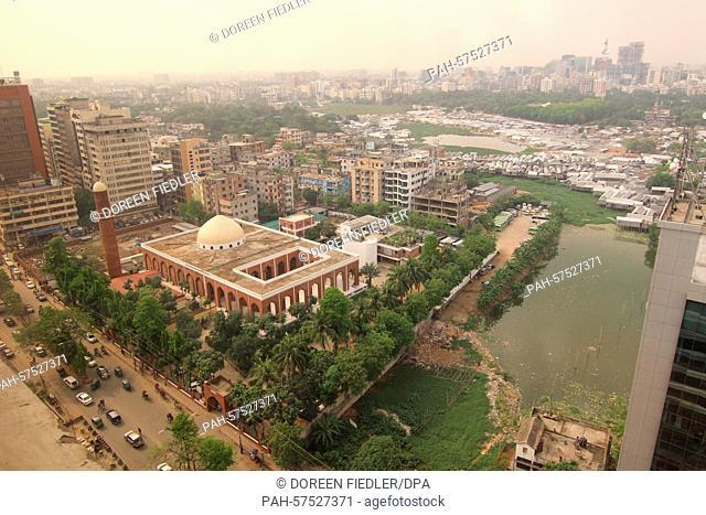 The Gausul Azam Jame Masjid mosque and Banani Lake in Dhaka, Bangladesh, 7 April 2015. Photo:Doreen Fiedler/dpa - NO WIRE SERVICE - | usage worldwide