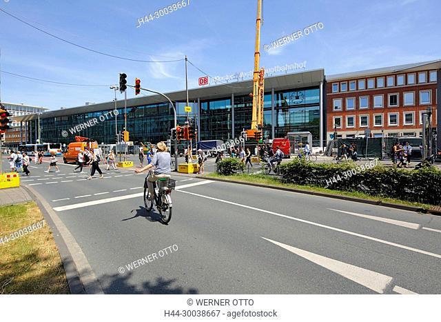 Muenster, Westfalen, Muensterland, Nordrhein-Westfalen, NRW, Bahnhofstrasse mit Hauptbahnhof, Verkehrsstrasse, Radfahrer, Menschen, Baustelle, Auslegerkran