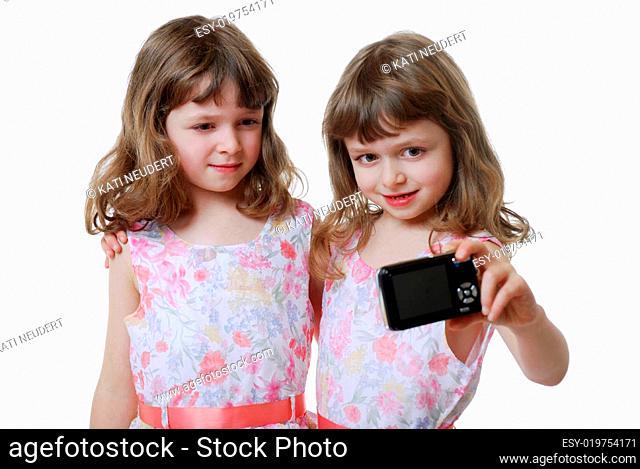 Zwillinge mit Digitalkamera