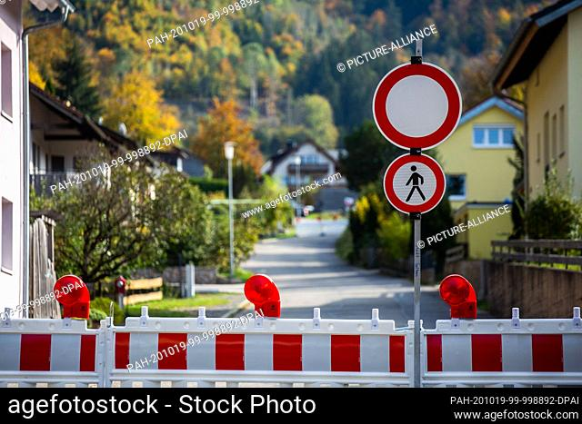 19 October 2020, Baden-Wuerttemberg, Todtnau: Two signs pointing to a ban on driving and entering the village are located on a street in the Geschwend district...