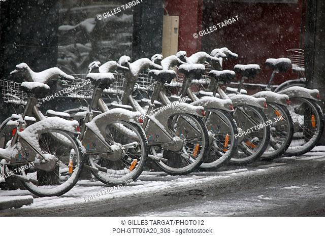 France, ile de france, paris 5th arrondissement, Snow, Snowy, Snowing, December 2009, Boulevard Saint Michel, Velib station , A line of bikes covered by snow