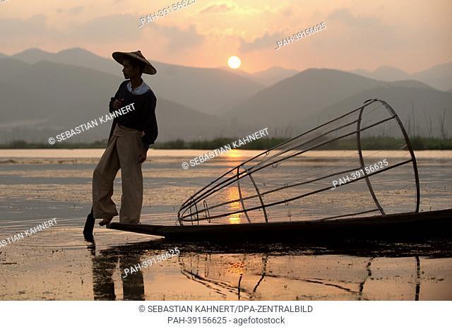 A traditional one leg rower is kneeling on his wooden boat on Inle Lake near Thale U, Myanmar, on 06.04.2013. Photo: Sebastian Kahnert | usage worldwide