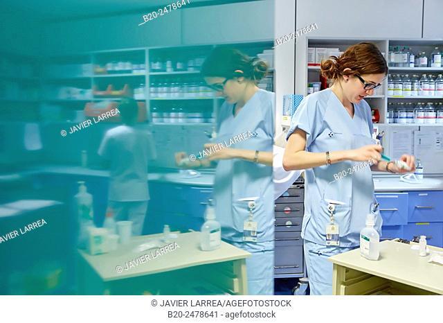 Nurse preparing medication, Nursing control, Plant hospitalization, Hospital Donostia, San Sebastian, Gipuzkoa, Basque Country, Spain
