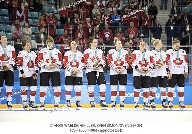 die kanadischen Spielerinnen weinen after der Niederlage, .disappointed, enttauscht, Enttauschung, Enttaeuschung,.2. Platz