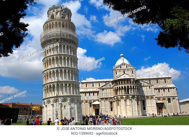 Leaning Tower and 'duomo' cathedral, Piazza del Duomo (Cathedral Square aka Piazza dei Miracoli), UNESCO world heritage site, Pisa, Tuscany, Italy