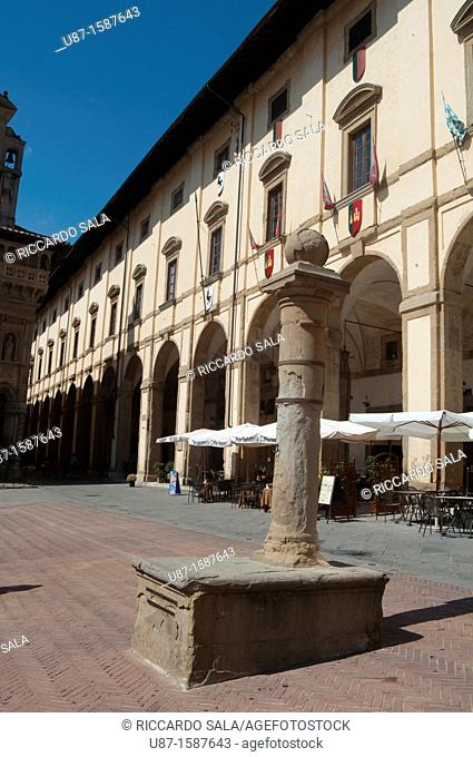 Italy, Tuscany, Arezzo, Piazza Grande, Loggia del Vasari