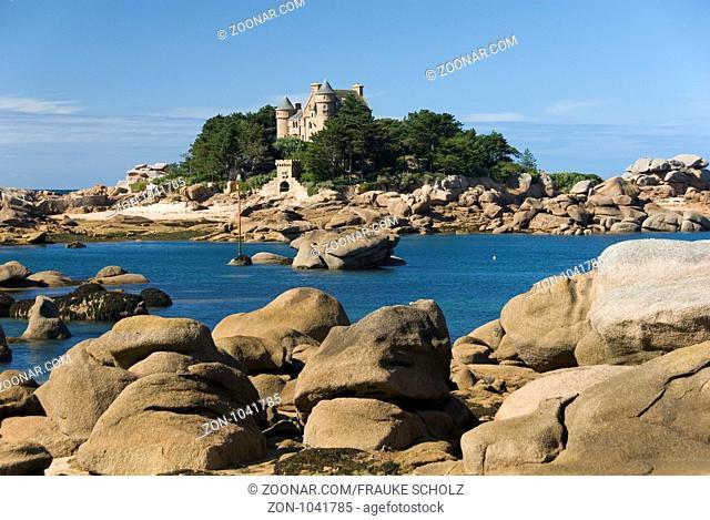 Frankreich, Bretagne, Ploumanac'h, Ploumanach, Cote de Granit rose, rosa Granitkueste, Felskueste, Blick auf Insel mit Schloss Costaeres