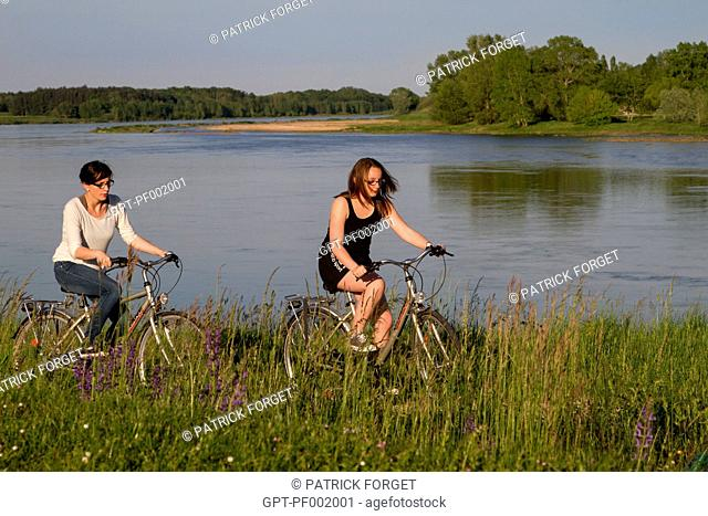 CYCLISTS ON A TANDEM ON THE 'LOIRE A VELO' CYCLING ITINERARY, SAINT-PERE-SUR-LOIRE, LOIRET 45, FRANCE