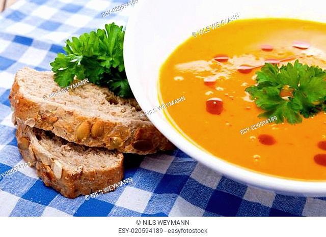Frische leckere hausgemachte Kürbissuppe mit frischem Brot