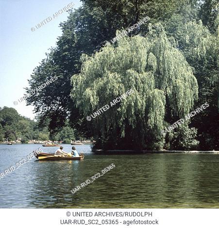 München, 1985. Schwabing. Freizeit am Kleinhesseloher See im Englischen Garten. Munich, 1985. Schwabing district. The Kleinhesseloher lake in the English Garden
