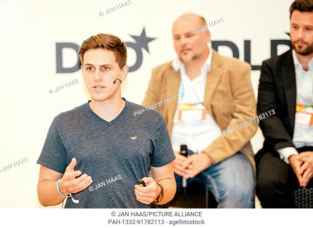 """BAYREUTH/GERMANY - JUNE 21: Jannick Lockl (SilverSolutions) introduces his project """"""""inContAlert"""""""" to the jury during the DLD Campus event at the University of..."""
