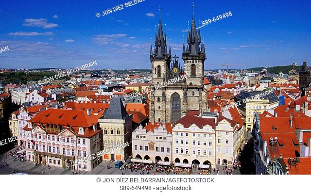 Church of Our Lady in front of Týn, Prague. Czech Republic / Iglesia de Týn. La fachada de esta iglesia gótica iniciada en 1365 esta encuadrado por dos torres...