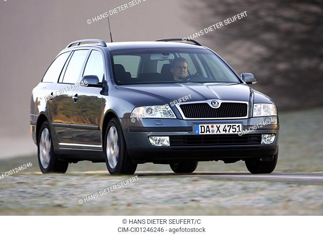 Car, Skoda Octavia 1.6 FSI Combi, hatchback, model year 2004-, Lower middle-sized class, driving, diagonal from the front, frontal view, country road