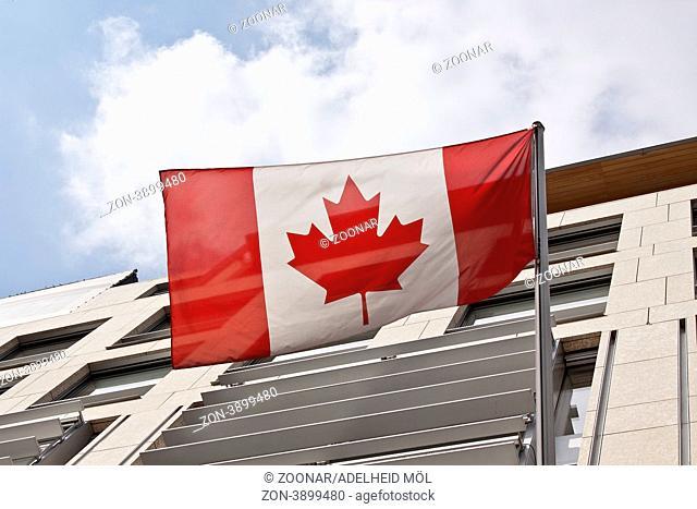 Kanadische Flagge vor der Kanadischen Botschaft in Berlin Canadian flag, Canadian embassy, Berlin, Germany