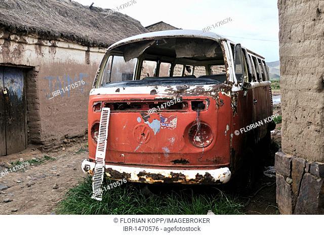 Old red Volkswagen bus, scrap car, Bolivian Altiplano highlands, Departamento Oruro, Bolivia, South America