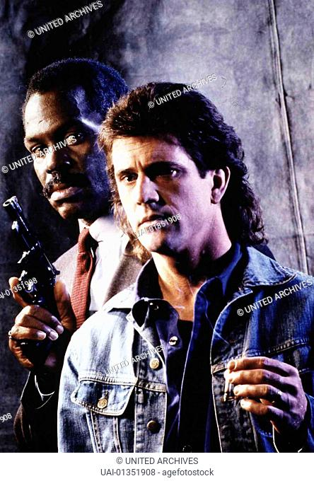 Danny Glover, Mel Gibson Roger Murtaugh (Danny Glover,l) hat seinen Partner Riggs (Mel Gibson) bei sich aufgenommen. *** Local Caption *** 1986, Lethal Weapon