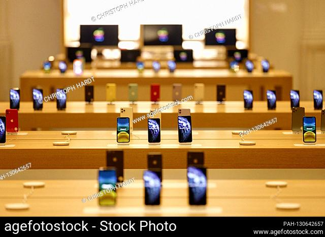 Display in the Apple Store in the center photographed through the shop window. Amsterdam, March 4, 2020 | usage worldwide