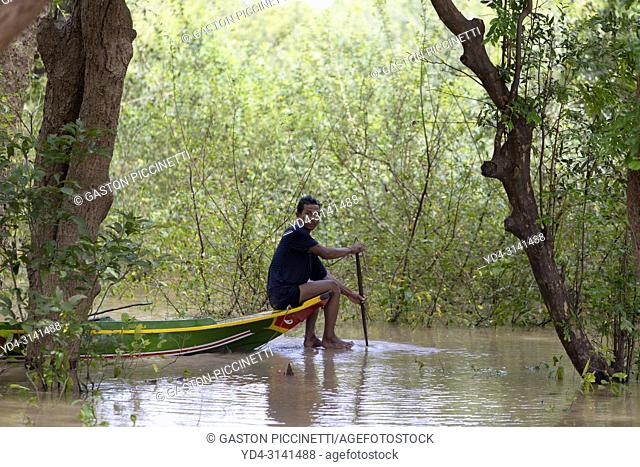 Fisherman between the mangroves, Tonle Sap lake, Siem reap Province, Kingdon of Cambodia. Kompong Phluk, is one of the more than 170 villages surrounding Lake...