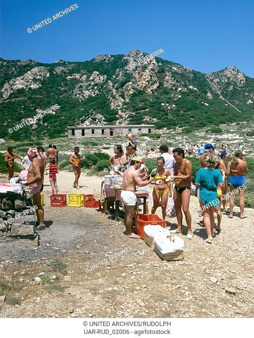 Ein Grillfest auf Insel Spargi, Sardinien, Italien 1970er Jahre. A barbecue on the island of Spargi, Sardinia, Italy 1970s