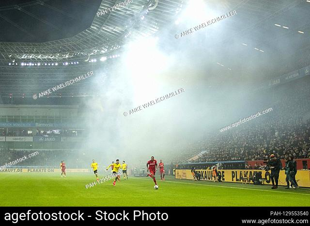 Feature, smoke in the stadium after the DO Pyro fan block burned, before that a game scene, Jonathan TAH r. (LEV) versus Jadon SANCHO (DO), Action Football 1
