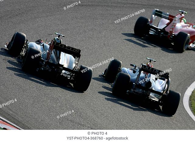 Race, Vitaly Petrov RUS, Lotus Renault GP, R31 and Mark Webber AUS, Red Bull Racing, RB7, F1, Japanese Grand Prix, Suzuka, Japan