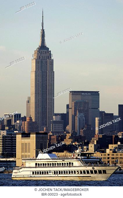 USA, United States of America, New York City: Sightseeing ship on the Hudson River. Empire State Building