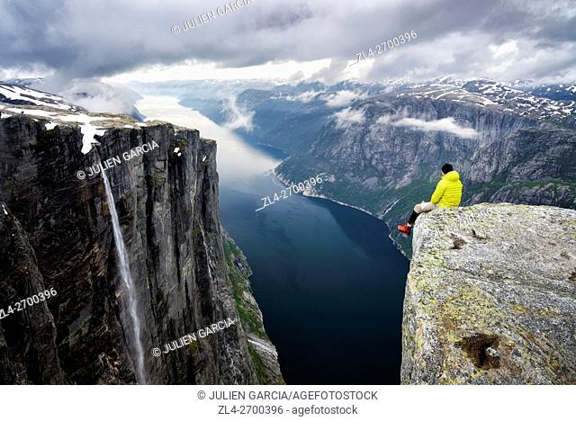 Norway, Rogaland, Lysefjord, Kjerag (Kiragg), hiker watching the fjord 1000m below