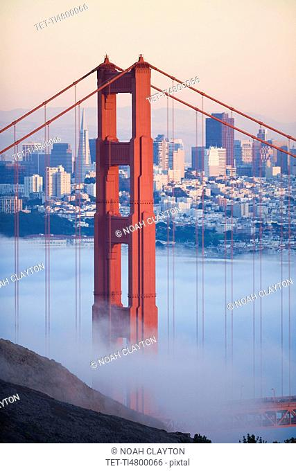 USA, California, San Francisco, Golden Gate Bridge in fog