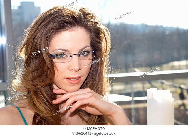 Junge Frau, dunkellhaarig, mit Brille, Portrait, young woman, dark-haired, bespectacled, portrait - GERMANY, 08/02/2008