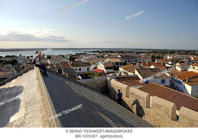 Tourists on a church roof with a view over Les Saintes Maries de la Mer, Camargue, Bouches du Rhône, Provence Alpes Côte d'Azur, Southern France, France, Europe