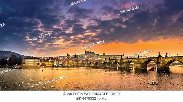 Moldova, Charles Bridge, St. Vitus Cathedral, Prague Castle, sunrise, Hradcany, historic centre, Prague, Bohemia, Czech Republic
