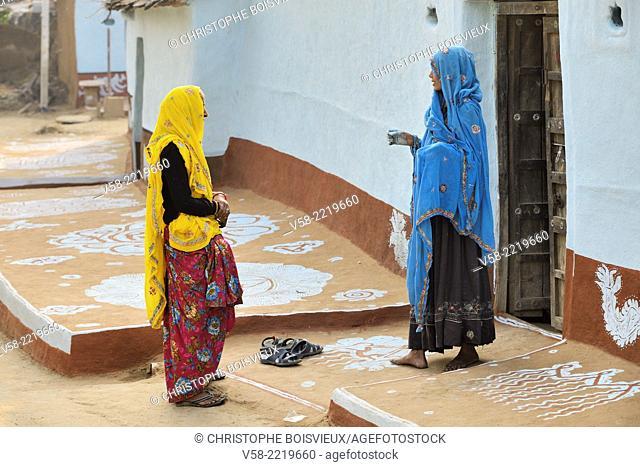 India, Rajasthan, Tonk region, Women chatting
