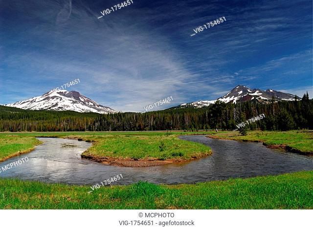 Soda Creek at Sparks Lake meadow mit South Sister und Broken Top Mountain - Oregon, USA; Amerika, 17/06/2007