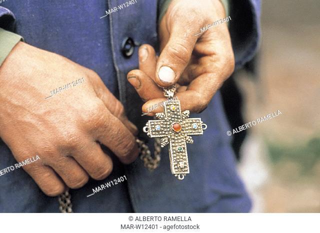 mani di un uomo con croce ortodossa, tirana, albania