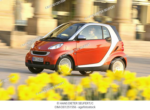 Smart Fortwo Passion, model year 2007-, red, driving, diagonal from the front, frontal view, City