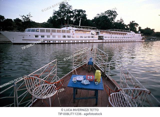 Myanmar, Amarapura, cruising ship