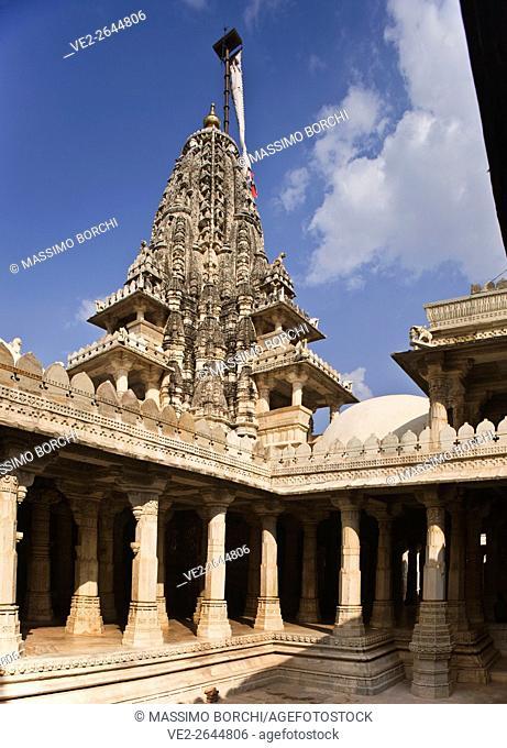 India, Rajasthan, Ranakpur. View of Chaumukha Mandir Jain temple from a courtyard